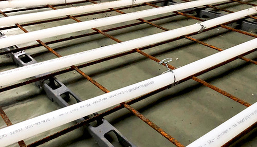 Detailfoto, XXL-Industrie, clip rails, bare pipe mat and white pipe fixed with binding wire